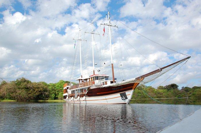 O veleiro tem a capacidade de trazer experiências encantadoras, pois não é uma embarcação comum na região Amazônica. Por isso talvez seja uma das aventuras mais diferenciadas que você pode viver no cenário amazônico.