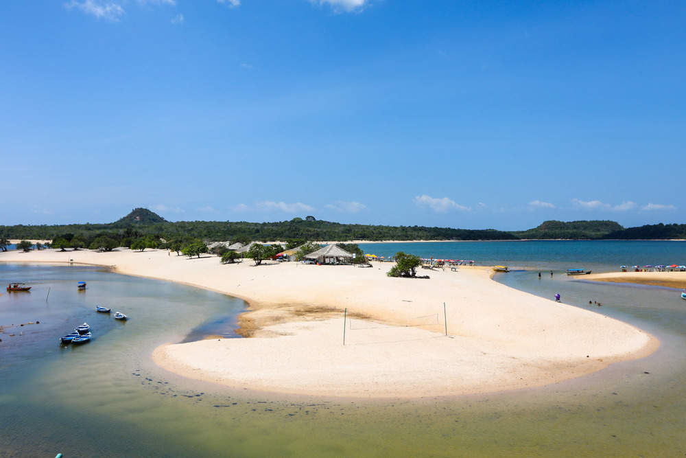 It is the main destination for tourists arriving in Alter do Chão, the place is a point of sand connected to the mainland, where on one side is Lago Verde and on the other the Tapajós River, it is full of kiosks and services, such as renting kayaks.