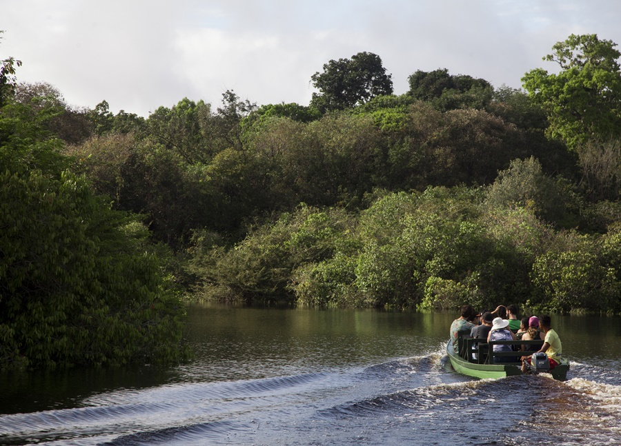 To get to Vila de Acajatuba it is necessary to go by waterway. It is located two hours from Manaus, the Amazonian capital.