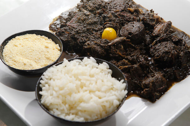 It is a dish of indigenous origin, also called Feijoada Paraense, because it contains practically the same ingredients as traditional Feijoada and because it comes from the state of Pará, its main ingredient is manioc, and ground cassava leaf.