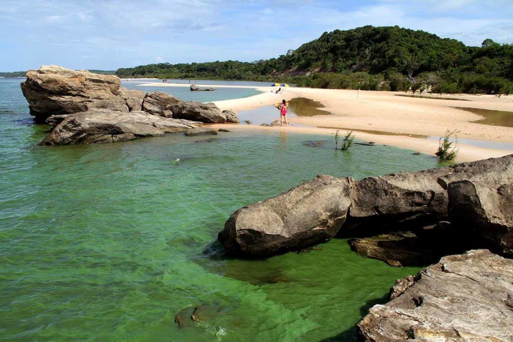 The beach is located within the environmental protection area of Alter do Chão and has great scenic beauty, a strip of fine white sand, the presence of vegetation close to the banks and stands out for its rock formations.