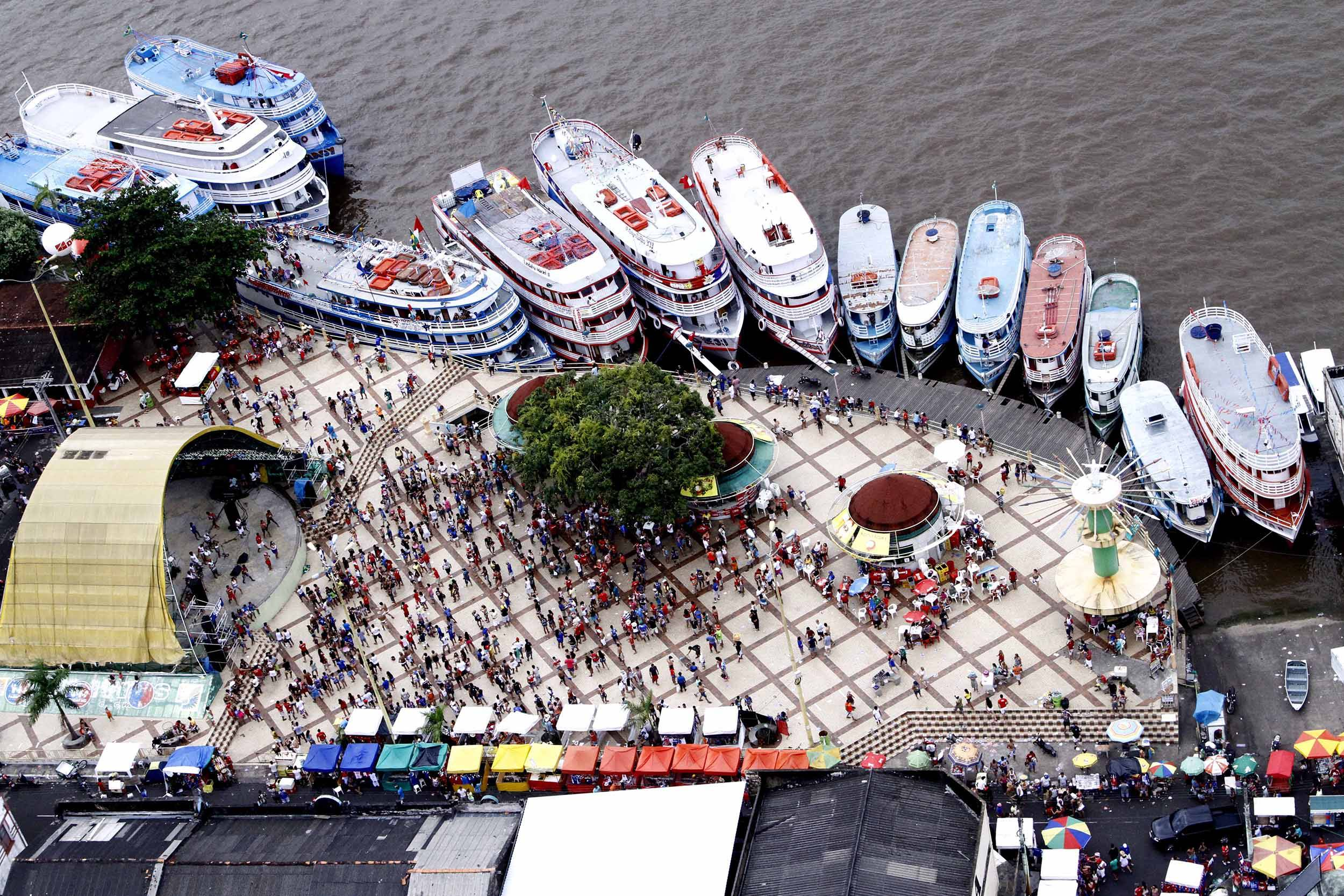The festival takes place annually in the last week of June and attracts an average of 60,000 tourists per year. Players arrive in the city on board boats and move the island's economy, valuing popular culture.