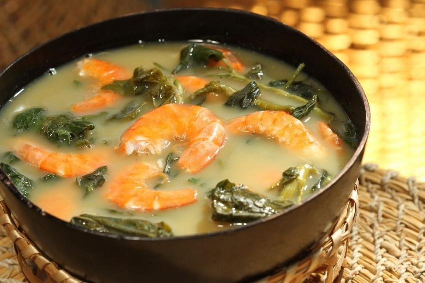 Tacacá is a typical dish of indigenous origin, it is prepared with a yellowish broth, called tucupi, it is over the cassava gum, also served with jambu and dried shrimp.