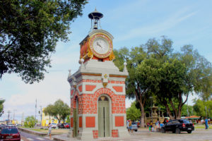 The Municipal Clock was inaugurated in 1927 and installed on Eduardo Ribeiro Avenue. The materials are imported from Switzerland and built on the stone base of goldsmiths imported from Italy.