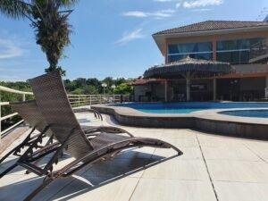 Localizado à margem direita do Rio Tarumã, o hotel possui com destaque um píer e uma praia privativa. Possui ainda de auditório com equipamentos de som, área externa com piscina e quadra de futebol.