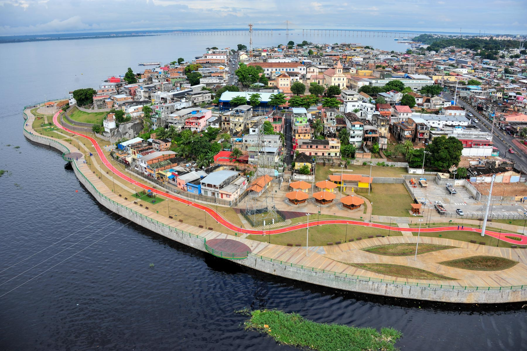 The Rio Negro Park is a great option for weekend leisure, where cultural activities are held, with theatrical, dance and musical performances.