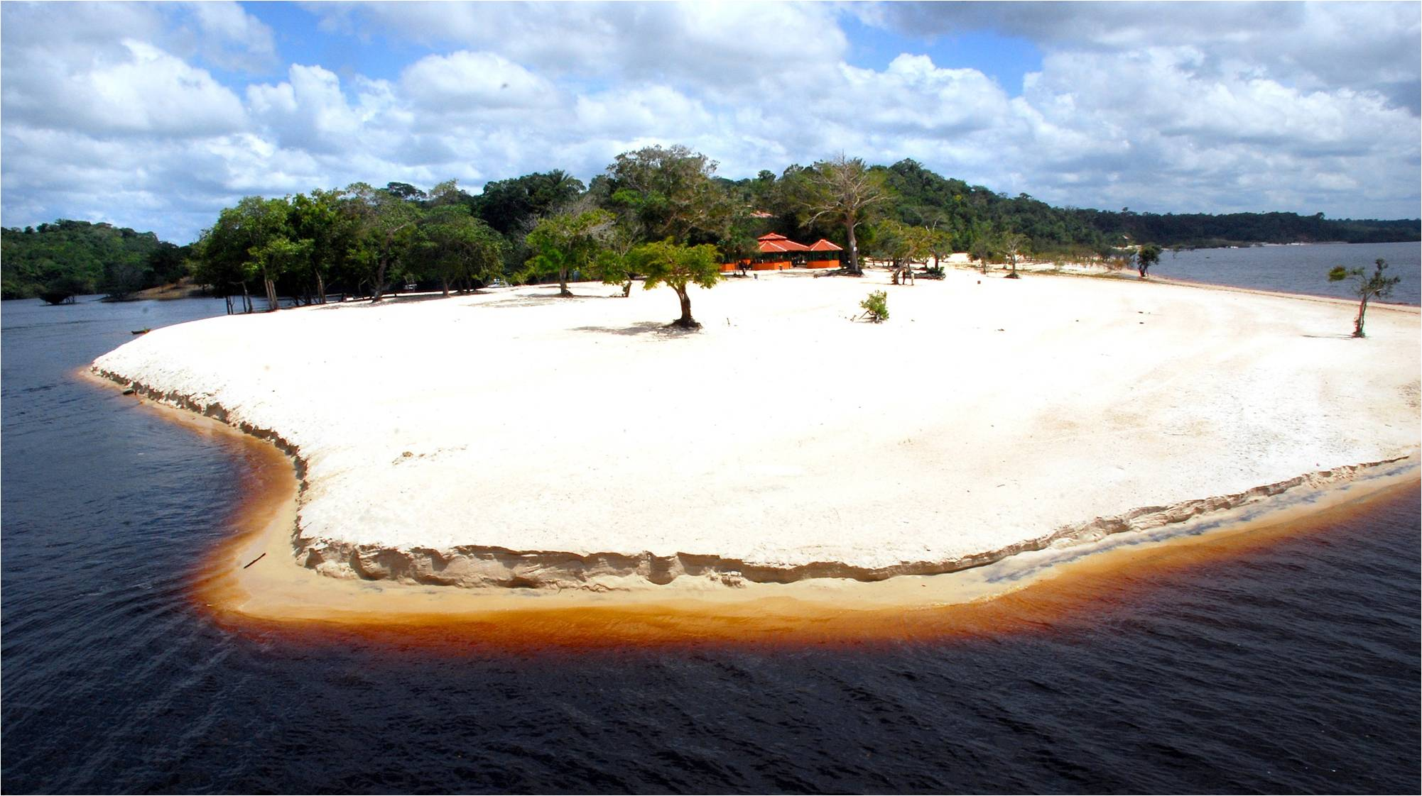 In the same sense, the Tupé Sustainable Development Reserve, as well as several existing ones, has an incredible landscape. In times of drought, it is possible to have a huge strip of sand with the fresh waters of the Negro River, which, when reflected by the sun, gain a blue tone.