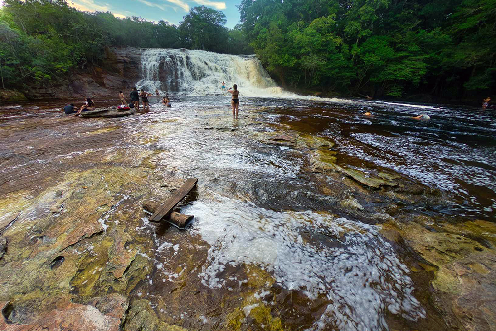 The waterfall is one of the most visited in Presidente Figueiredo and is part of the Iracema Falls Ecological Park, a park with waterfalls, trails and caves.